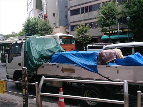 急な雨に備えるためのシートがついた平ボディトラック