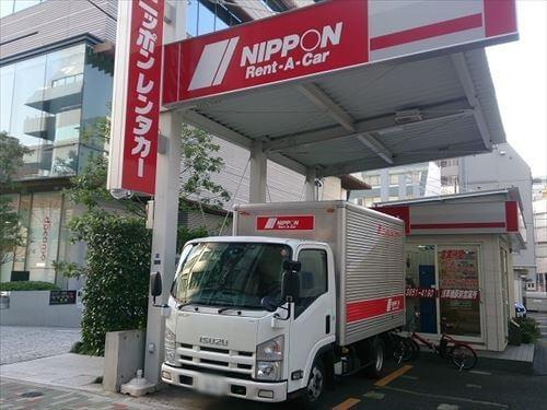 ニッポンレンタカー営業所とトラック